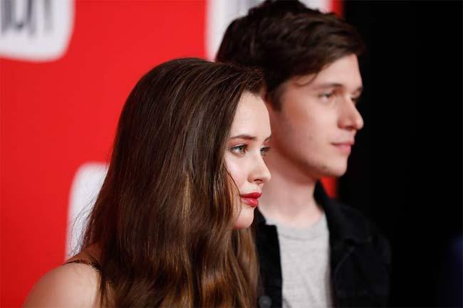 Katherine Langford e Nick Robinson nel film Tuo, Simon