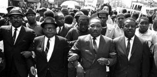 Dreamers 1968 AP ANSA - Il reverendo Ralph Abernathy a destra il vescovo Julian Smith a sinistra con Martin Luther King durante una marcia per i diritti civili a Memphis - 28 marzo