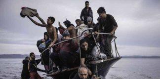 Sergey Ponomarev: Migrants arrive by a Turkish boat near the village of Skala, on the Greek island of Lesbos. Monday 16 November 2015. Series: Europe Migration Crisis, 2015 © Sergey Ponomarev, Prix Pictet 2017