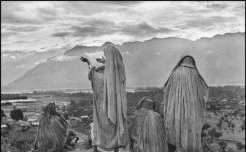 Muslim women on the slopes of Hari Parbal Hill, Srinagar, Kashmir, India, 1947 - © Henri Cartier - Bresson / Magnum Photos