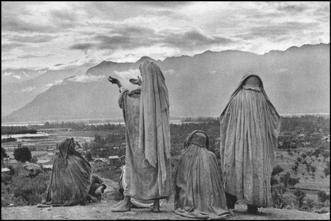 Muslim women on the slopes of Hari Parbal Hill, Srinagar, Kashmir, India, 1947 - © Henri Cartier - Bresson / Magnum Photos