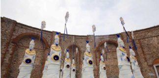 Nino Ventura, L'Esercito del Piccolo Pesce, 2007, Ceramica, resina e materiali vari, cm. 380