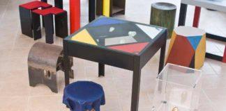 Omaggio a Mondriaan, vista dall'alto del tavolino di E.R. Nele e degli sgabelli di Umberto Mariani, Kengiro Azuma, Mauro Staccioli, Iginio Balderi