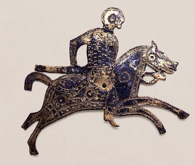 Placchetta di scudo raffigurante un cavaliere con lancia su cavallo, VII secolo d.C., Bronzo dorato, inciso e punzonato, Firenze, Museo Nazionale del Bargello