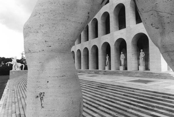 Tim Benton, Palazzo della Civiltá Italiana, EUR (archs. Giovanni Guerrini, Ernesto La Padula and Mario Romano), Gelatine silver print, 1976, Tim Benton / RIBA Collections - Mostra Eternal City