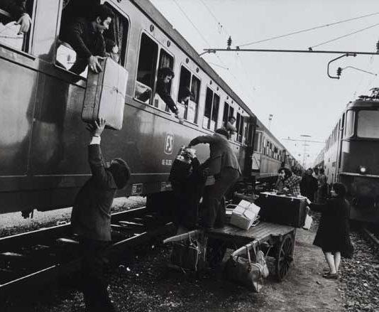 Uliano Lucas, Il trasbordo degli emigrati al confine italo-svizzero, Luino, 1973, Stampa ai sali d'argento