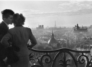 Willy Ronis, Les Amoureux de la Bastille, Paris, 1957, Ministère de la Culture / Médiathèque de l'architecture et du patrimoine /Dist RMN-GP © Donation Willy Ronis