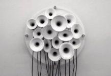Roberto Pugliese, Risonanti pressioni materiche, 2014 (ed.2/3) trombe acustiche in ceramica, plexiglass, comp. sonora, sistema di riproduzione audio, 180×60×35cm, particolare, Fotogr. di Carlos
