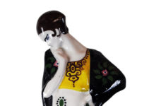 La Salamandra, Figura femminile, Perugia, Terracotta modellata a colaggio e decorata in policromia sottosmalto, 1930, Siglata