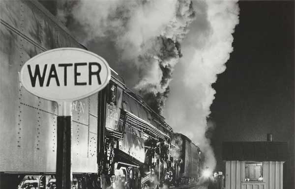 O. Winston Link, Licenza al treno a doppia trazione, 1959, Stampa ai sali d'argento, 39 x 48,8 cm © O. Winston Link, courtesy Robert Mann Gallery - Mostra al MAST