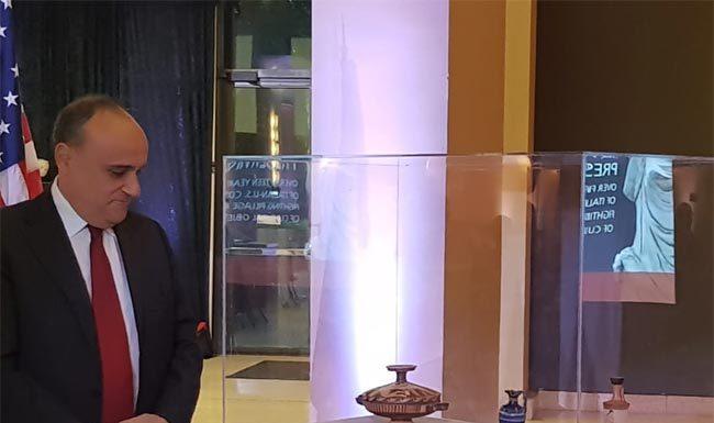 Il Ministro Alberto Bonisoli e i reperti archeologici recuperati
