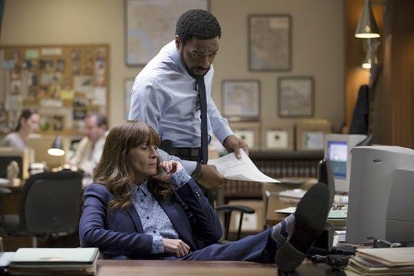 Chiwetel Ejiofor e Julia Roberts nel film Il segreto dei suoi occhi