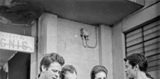 """(da sin.) Renato Salvatori, Luchino Visconti, Claudia Cardinale e Alain Delon in una pausa durante la lavorazione del film Rocco e i suoi fratelli (1960) di Luchino Visconti; Milano, 26/02/1960; ©AF - Mostra """"Milano e il cinema"""""""