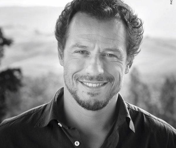 Stefano Accorsi protagonista della prima puntata Apprendisti stregoni