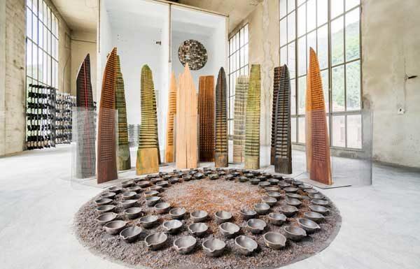 Franca Ghitti, Bosco, primi anni 80, installazione, legni, rete metallica, tondo con coppelle di siviera e polvere di ferro ph. Fabio Cattabiani