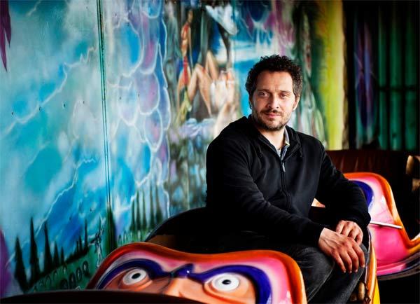 Claudio Santamaria nel film Lo chiamavano Jeeg Robot