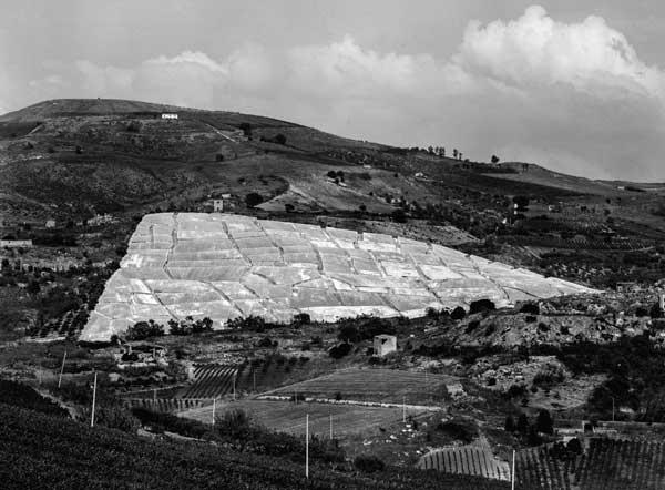 Magonza Alberto Burri, Grande Cretto Gibellina, 1985-2015, Gibellina (Trapani). Fotografia di Aurelio Amendola prima del completamento dell'opera, 2011 ©Aurelio Amendola. Courtesy Magonza, Arezzo