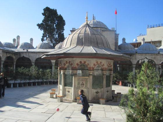 Antonella Argentieri, Se diventeremo come bambini - Partita a calcio nel cortile della moschea di Sokollu Mehmet Pascià - Istanbul - Foto 1