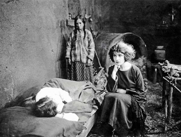 """Anonimo, Tina Modotti nel ruolo di Maria de la Guardia nel film """"The Tiger's Coat"""" (Pelle di Tigre), Hollywood, 1920"""