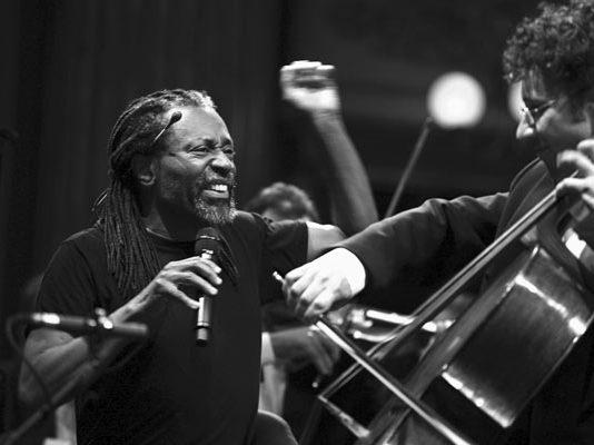 Concerto Filarmonica della Scala, direttore Bobby McFerrin, qui con Sandro Laffranchini, Teatro alla Scala 2007 © Lelli e Masotti / Lelli e Masotti Archivio