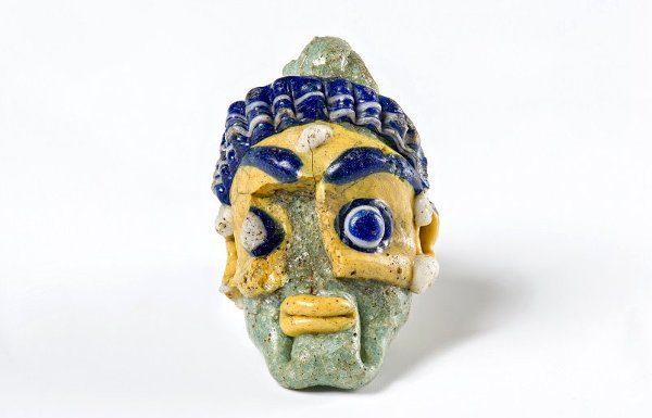 Pendente di collana in pasta vitrea che raffigura una testa maschile, prodotto da botteghe di area fenicio-cipriota - Archeologia etrusca