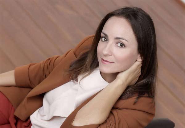 Camila Raznovich conduce Ogni cosa è illuminata