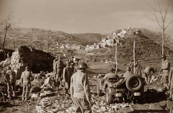 """1944, Acquafondata, Alleati, Mezzi militari nella piana - Mostra """"Memoria Viva"""" 1939 – 1945 Cassino"""