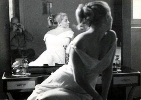 Marcello Dudovich, Modella in posa riflessa nello specchio, fotografata da Dudovich, c. 1950 Gelatina al bromuro d'argento 7 x 10 cm Collezione privata Salvatore Galati