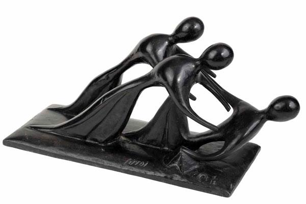 Virgilio Guidi, Incontro, 1982 Bronzo a patina grigia, firmato (Guidi) Dimensioni: cm 33 (h) x 37 x 15