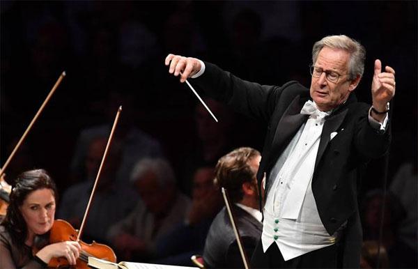 Maestro John Eliot Gardiner dirige il Concerto di Natale dal teatro alla Scala