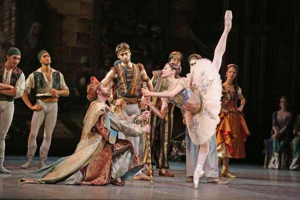 """Nicoletta Manni, Marco Agostino, Alessandro Grillo nel balletto """"Le corsaire"""" - Foto credit Brescia Amisano Teatro alla Scala"""