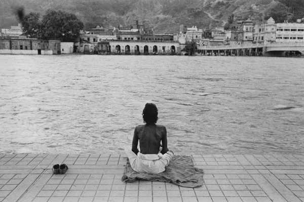 Calogero Cascio, Haridwar, India, 1960, Meditazione in riva al Gange, Stampa originale d'epoca alla gelatina ai sali d'argento, 23,5 x 35,5 cm, archivio Cascio, Roma